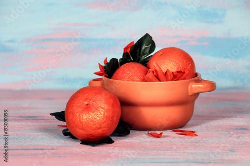 апельсины в тарелке
