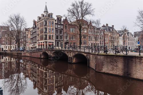 Deurstickers Brugge canales de Amsterdam con bicicletas