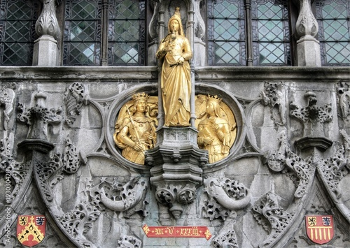 Canvas Brugge Gold statues on the exterior of the Basilica of the Holy Blood on Burg Square in central Bruges, Belgium
