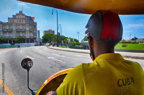Papiers peints La Havane Cuban Taxidriver (CocoTaxi) in Havana, Cuba