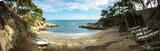 panorama d'une petite crique paradisiaque avec des bateaux entreposés - 193052465