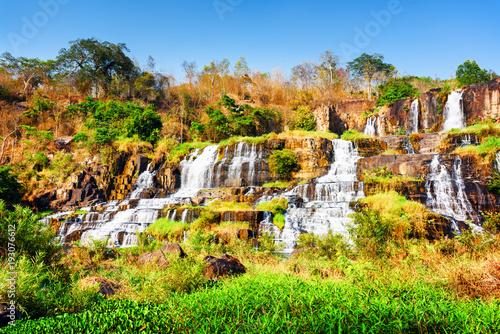 Naturalna spada kaskadą siklawa z kryształem - jasna woda, Wietnam