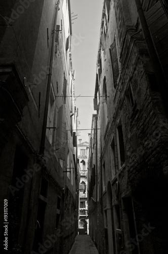 Fotobehang Smalle straatjes vicolo veneziano in bianco e nero