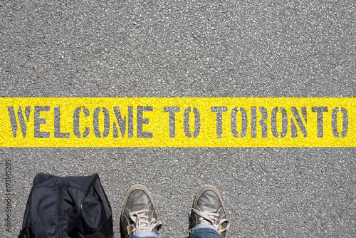Fotobehang Canada Ein Mann mit der Tasche und eine Begrüßung in Toronto
