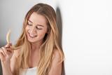 Hübsche junge Frau spielt mit ihren Haaren