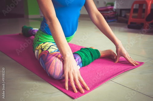 Aluminium School de yoga woman practice yoga indoor extension of lower limbs closeup