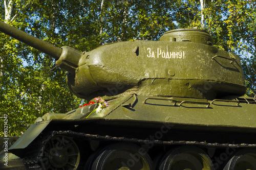 pomnik radziecki czołg w parku na tle drzew