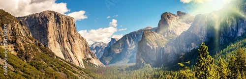 Panorama Yosemite National Park im Gegenlicht - 193250473