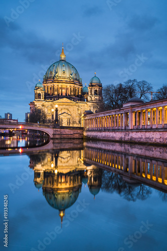 Fotobehang Berlijn Berliner Dom bei Nacht
