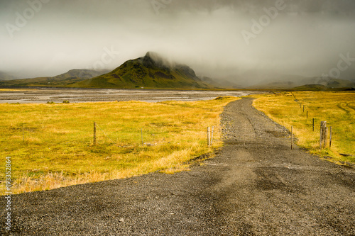 Fotobehang Honing Gravel road in southern Iceland