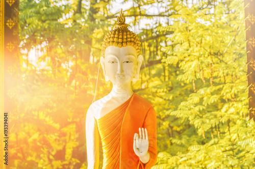 Papiers peints Buddha Buddha Statue im Gegenlicht - Achtsamkeit, Zen, Yoga, Wellness