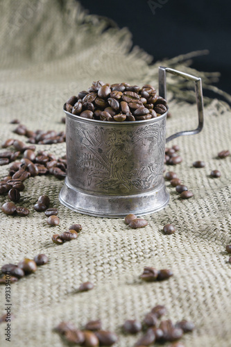 Papiers peints Café en grains Coffee grains and a silver cup holder