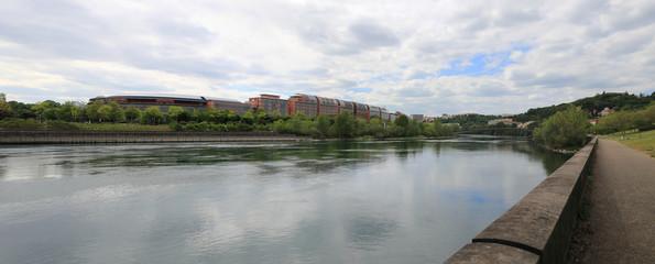 Les bords du Rhône et la cité internationale à Lyon en panoramique