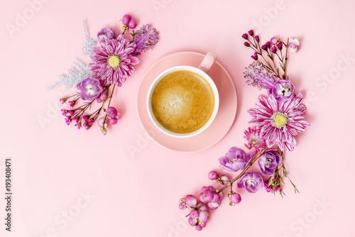 kawa w różowy pastelowy widok z góry