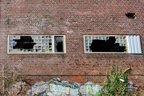 Foto op Canvas Graffiti fassade einer fabrik mit glasbausteinen