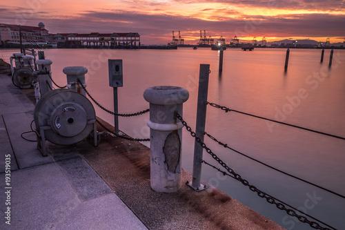 Foto op Aluminium Zee zonsondergang Glorious sunrise at the pier.