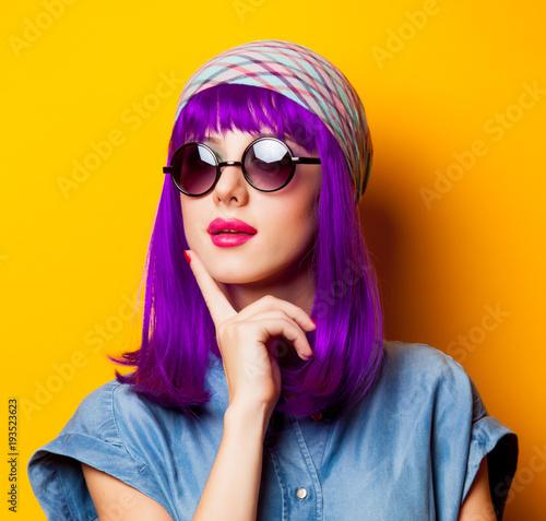 Młoda dziewczyna z purpurowymi włosami i okularami przeciwsłonecznymi