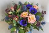 Коробка  с синими анемонами, розами, альстромериями - 193542438