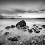 Sonnenuntergang am Greifswalder Bodden, Findlinge am Strand, Ostsee, Insel Rügen, Deutschland, schwarz-weiß - 193553633