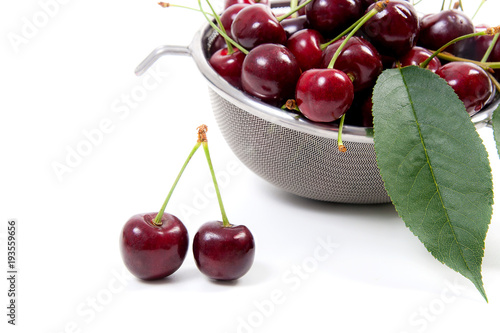 Aluminium Kersen Steel colander with red sweet cherry isolated on a white background..