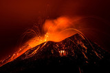 Krajobraz erupcji wulkanu w nocy - Etna na Sycylii