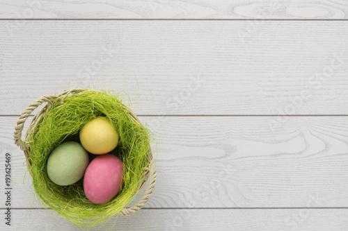 Aluminium Tennis uova di pasqua bianche o colorate confettate con fiori su fondo bianco