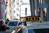 Taxis warten in Düsseldorf auf Fahrgäste und Passagiere - 193627882