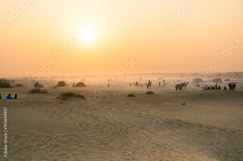 Aluminium Kameel Foggy sunset in the thar desert in Rajasthan with people and camels visible on the horizon. Sum is a very famous tourist destination