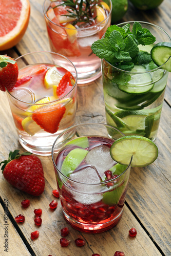 cocktail o bevanda disintossicante bicchieri con acqua e frutta su sfondo rustico - 193672257