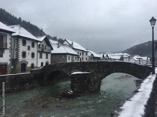 Ochagavia puente romanico en invierno