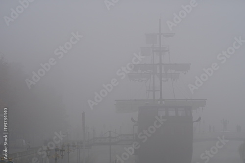 Keuken foto achterwand Schip Old ship in the middle of fog