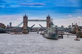 London, England Panoram Blick auf Tower Bridge und Themse bei sonnigem Wetter - 193770203