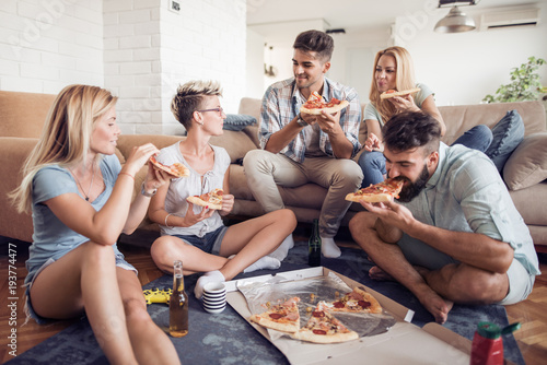 Papiers peints Pizzeria Group of friends eating pizza snack at home