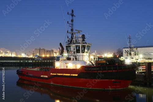 Foto op Plexiglas Rotterdam Hafenschlepper bei Nacht im Rotterdamer Hafen