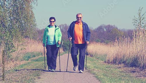 Fototapeta älteres Paar beim Sport am Morgen