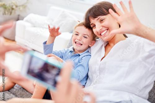 Fototapeta Mutter und Sohn posieren für Schnappschuss