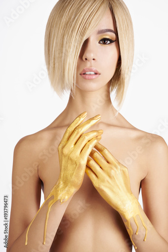 Aluminium womenART Elegant nude asian woman with gold flowing down her hands