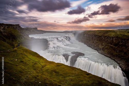 Gullfoss siklawa przy zmierzchem, Iceland, Europa