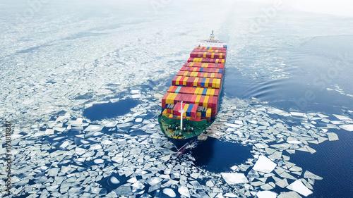 Widok z lotu ptaka zbiornika statek w morzu przy zima czasem