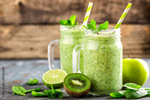 Foto op Canvas Sap green smoothie with spinach, apple, kiwi, lime and chia seeds. healthy diet eating, superfood