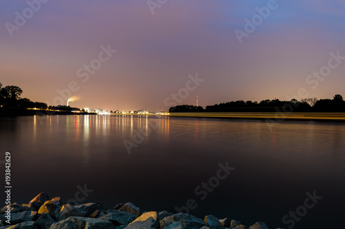 Foto op Canvas Lavendel Fluss bei Nacht