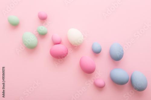 Rozłożone pisanki na różowym tle