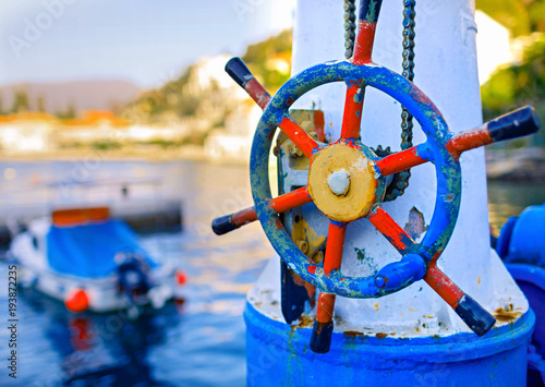 Aluminium Schip Ship wheel with sea and boat in background. Travel concept. summer concept