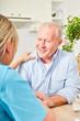 Frau von Altenpflege betreut Senior Mann