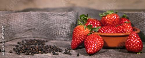 Pfeffer und Erdbeeren, Trend swavory, würzig und süß - 193951087