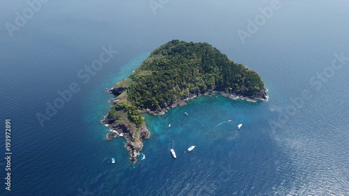 Fotobehang Tropical strand Aerial photo tropical island and dive boats in Thailand