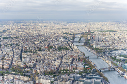 Aluminium Eiffeltoren Aerial view of Paris city center with the Seine river and its bridges in the foreground and the Eiffel tower in the background.
