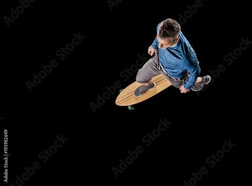 Fotobehang Skateboard Mann fährt auf Longboard, Ansicht von oben