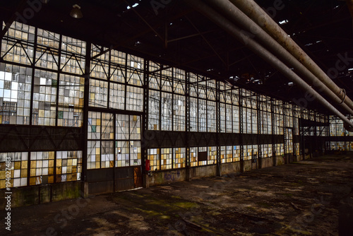 Papiers peints Les vieux bâtiments abandonnés Broken windows in abandoned warehouse industrial space