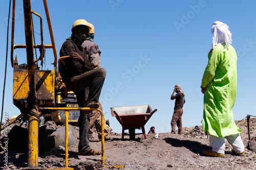 Aluminium Chocoladebruin KHAMLIA, MOROCCO: Miners working in surface mine near Sahara desert, Morocco.